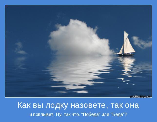 один под парусом на лодке в океане